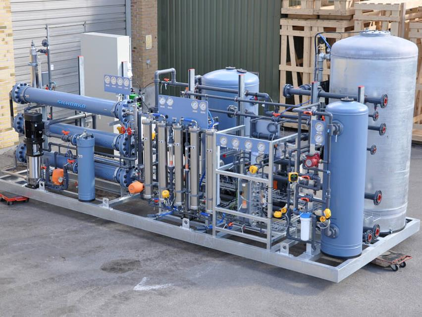 Frame-mounted water treatment plant for turbine water